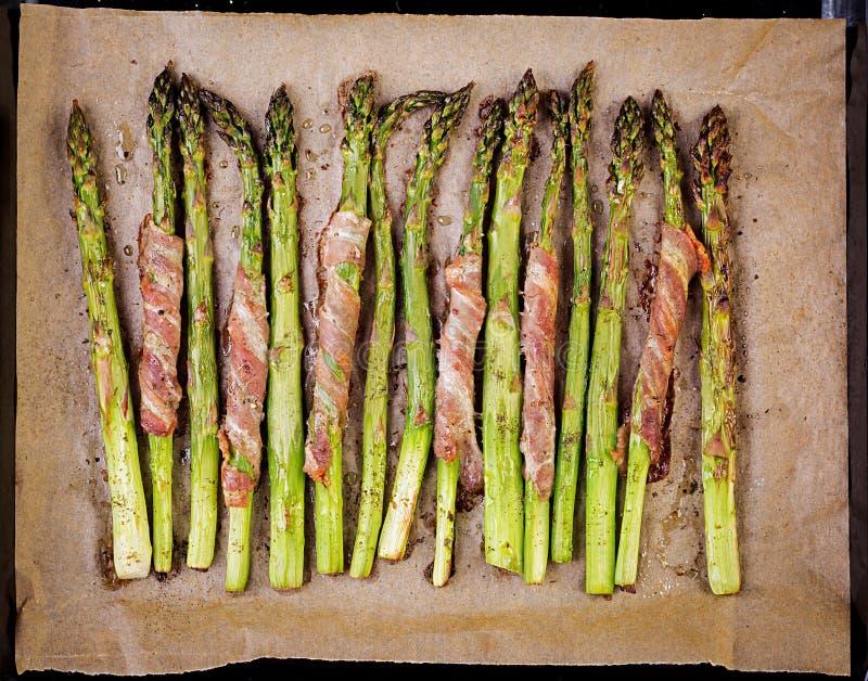 Piec na grillu zielony asparagus zawijaj?cy z bekonem fotografia stock