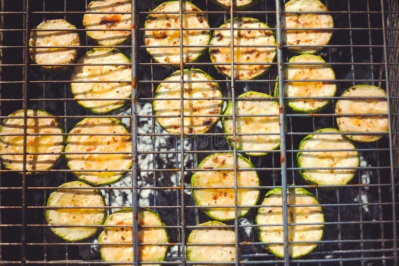 Piec na grillu zucchini z dodatkiem macierzanka, cytryna zapał i czosnek, fotografia stock