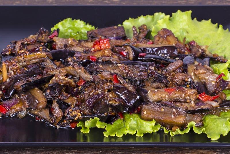 Piec oberżyna z cebulami, czosnkiem, gorącym chili pieprzem i orzechami włoskimi, obraz stock