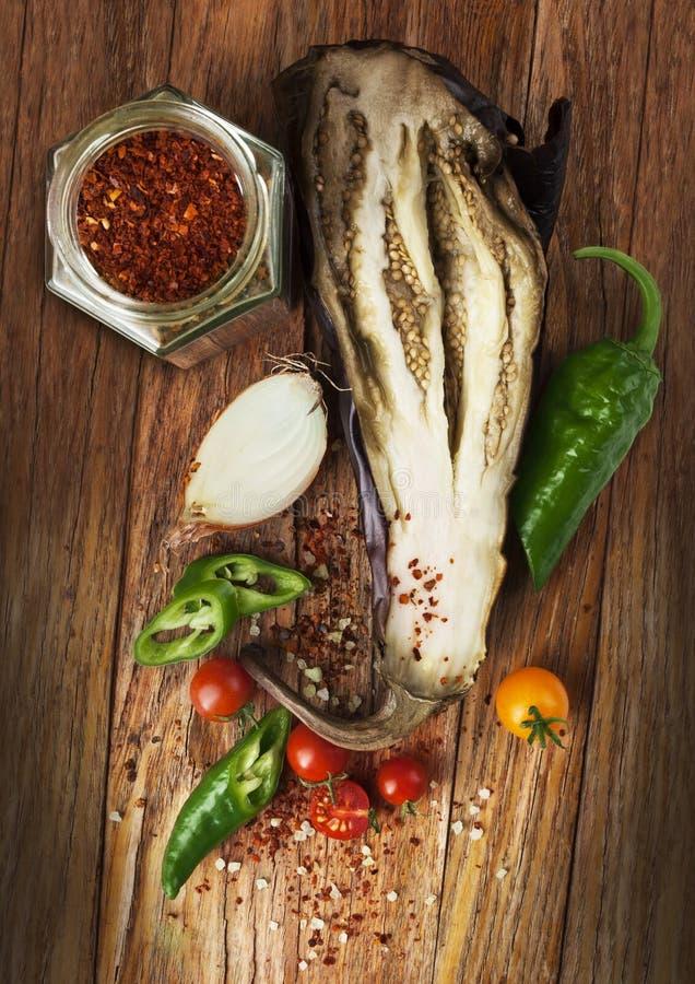 Piec oberżyna z pomidorami wiśnia, cebule i chili pieprz, zdjęcia stock