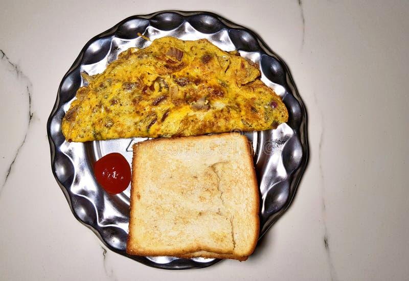 Piec omelette i chleb obraz stock