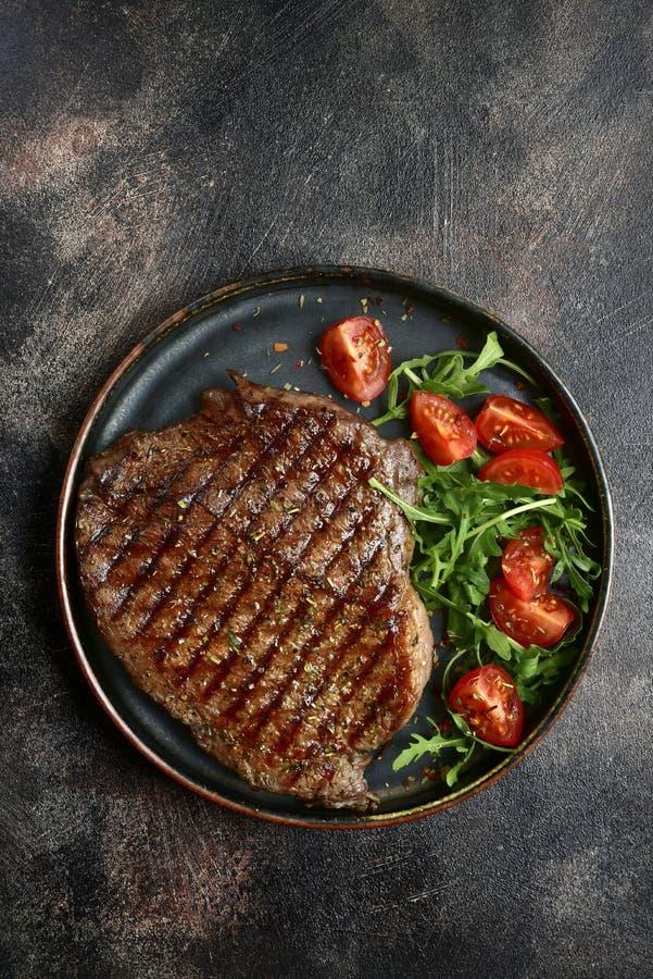 Piec organicznie rancho wołowiny stek z warzywami sałatkowymi Odgórny widok z kopii przestrzenią zdjęcie royalty free