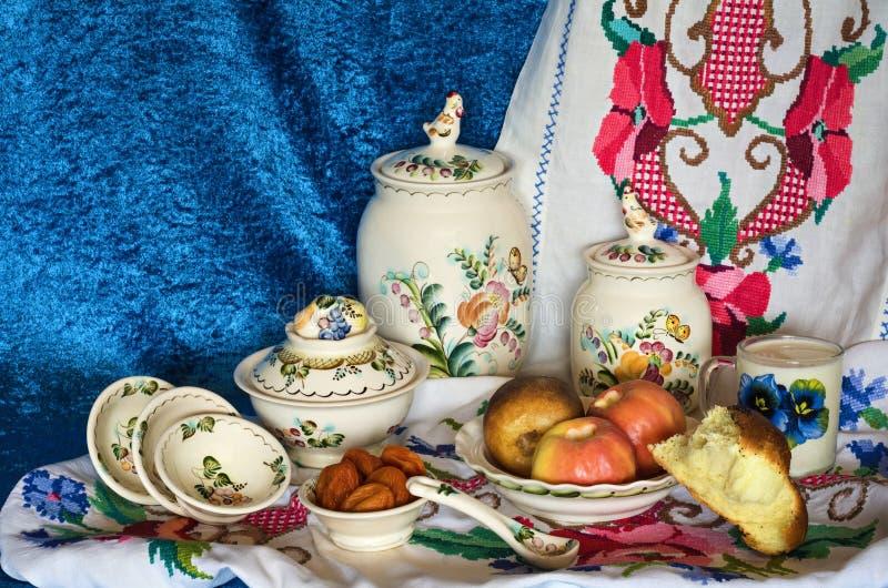 Piec owoc na talerzu, wysuszonych owoc i białym chlebie z mlekiem, zdjęcie royalty free
