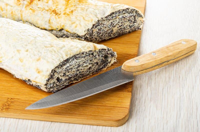 Piec pita chleb z plombowaniem od chałupa maczka na tnącej desce i sera, nóż na drewnianym stole fotografia royalty free