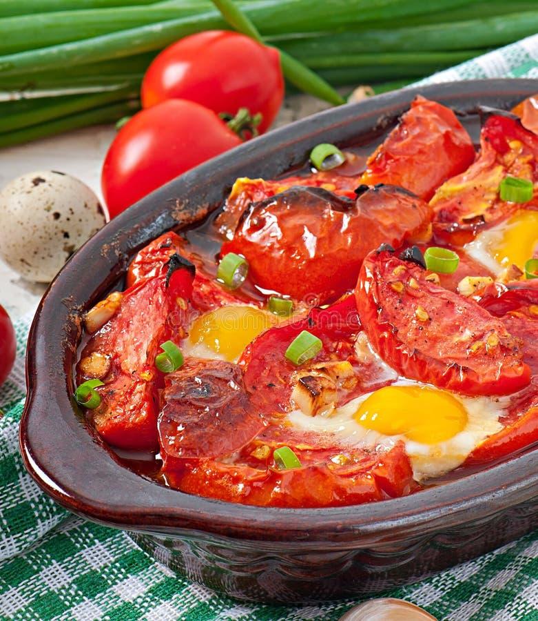 Piec pomidory z czosnkiem i jajkami zdjęcia stock