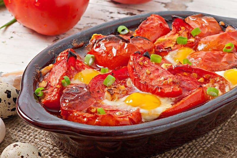 Piec pomidory z czosnkiem i jajkami zdjęcia royalty free