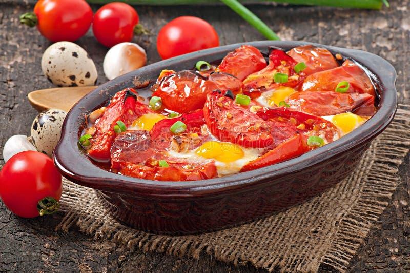Piec pomidory z czosnkiem i jajkami obraz stock