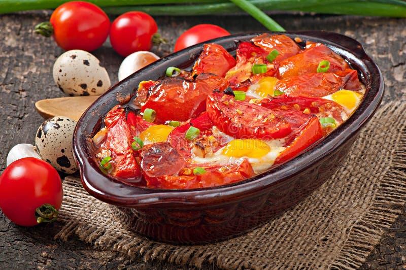 Piec pomidory z czosnkiem i jajkami fotografia royalty free