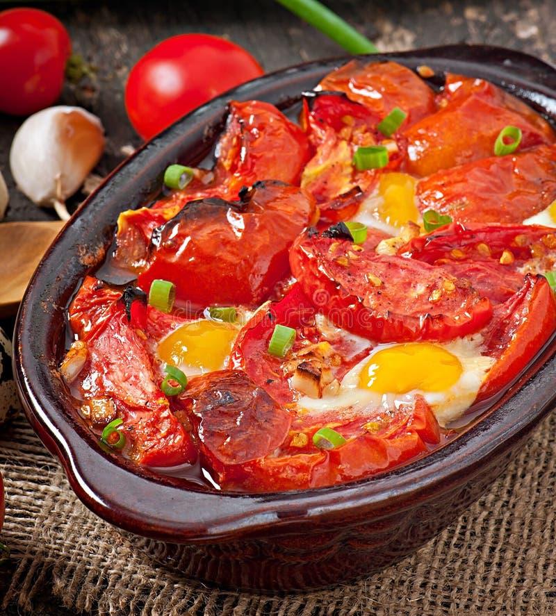 Piec pomidory z czosnkiem i jajkami obrazy stock