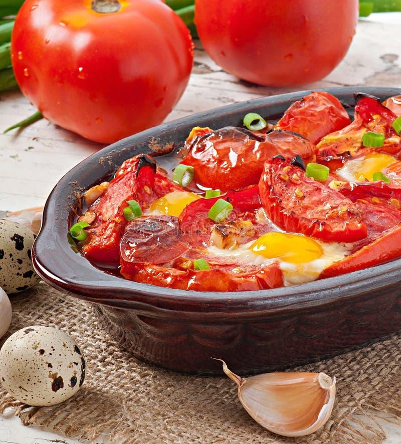Piec pomidory z czosnkiem i jajkami obrazy royalty free