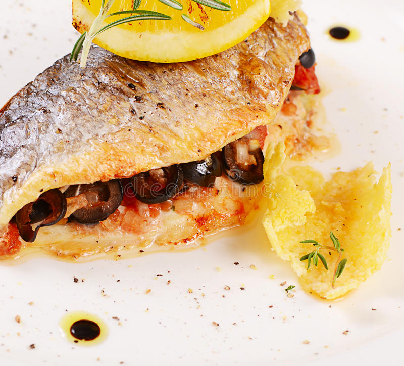 Piec rybi faszerujący z oliwkami fotografia royalty free