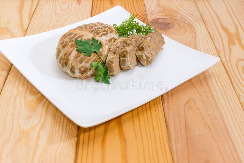 Piec siekał wieprzowina wątrobowego łeb na naczynia zbliżeniu zdjęcie royalty free