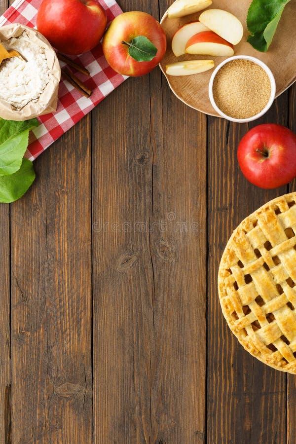 Piec składniki na drewnianym stole i Sezonowy ciasto obraz stock