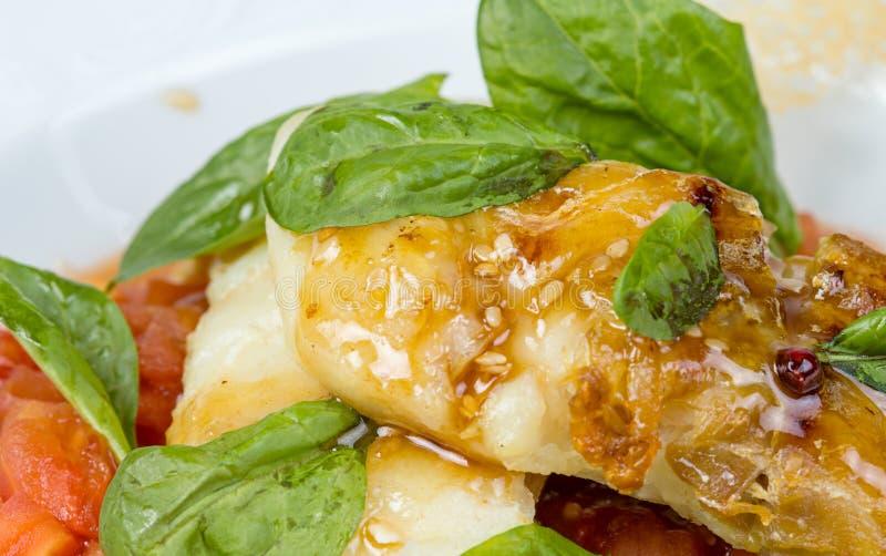 Piec szczupak żerdź polędwicowa z warzywami obraz royalty free