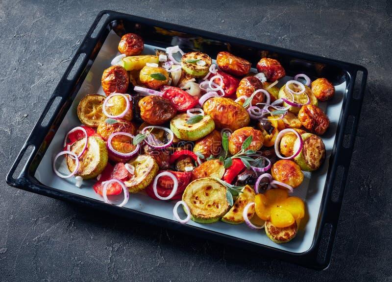 Piec w piekarnika smakowitych gorących warzywach zdjęcia stock