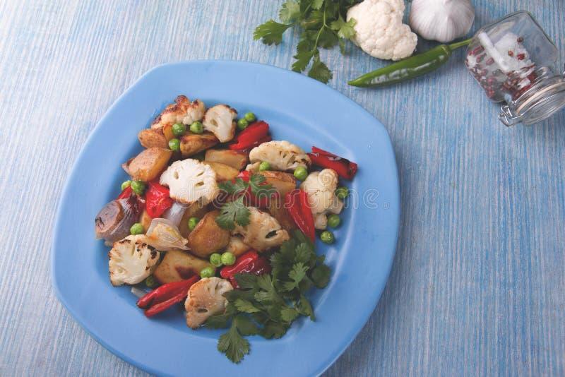 Piec warzywa w piekarnik grul kalafioru pieprzu jarskiego naczynia nieociosanym zakończeniu up fotografia stock