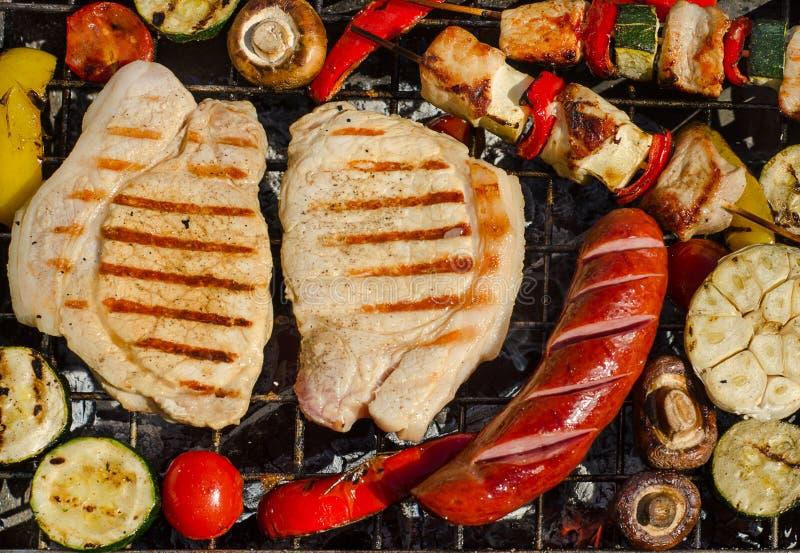 Piec wieprzowina kotleciki, kiełbasa i kebabs, obraz stock