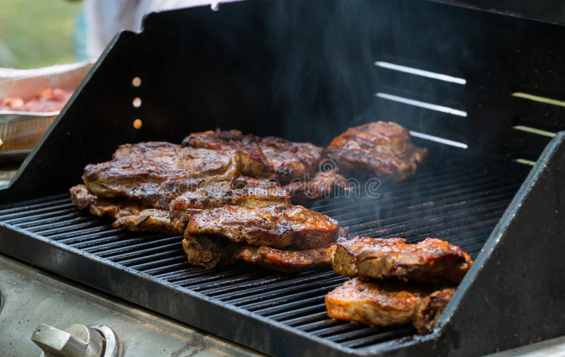 Piec wieprzowina stek na bbq grilla zakończeniu zdjęcia royalty free