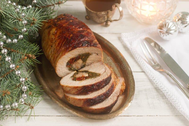 Piec wieprzowiny rolka faszerująca z chard i sundried pomidorami słuzyć z kumberlandem w bożych narodzeń lub nowego roku ` s deko zdjęcia stock