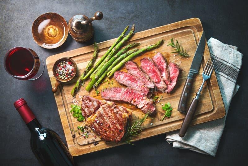 Piec ziobro oka stek z zielonym asparagusem i winem obrazy stock