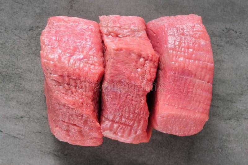 Piecea drei des rohen Rindfleischfleisches auf Schieferbrett lizenzfreie stockfotos