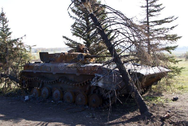 Piechota pojazdu bojowego Ukraiński wojsko burnt i wtykający wśród t zdjęcia royalty free