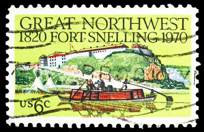 Pieczęć pocztowa drukowana na pokazach Fort Snelling Keelboat and Tepees, Fort Snelling serie, 6 - cent amerykański, około 1970 zdjęcie royalty free