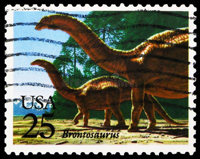 Pieczęć pocztowa drukowana w Stanach Zjednoczonych pokazuje Brontozaur, Prehistoryczne zwierzęta Emisja serie, ok. 1989 zdjęcie royalty free