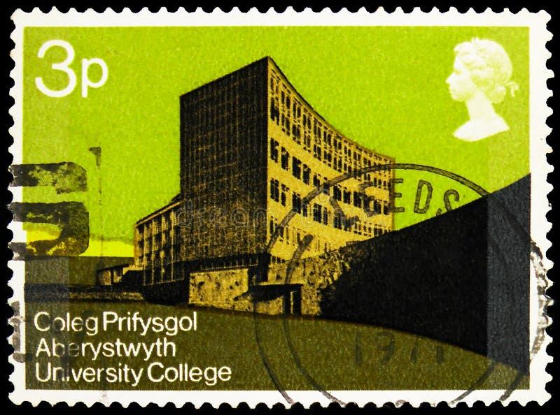 Pieczęć pocztowa drukowana w Zjednoczonym Królestwie przedstawia Physical Sciences Building, University College of Wales, British zdjęcie royalty free