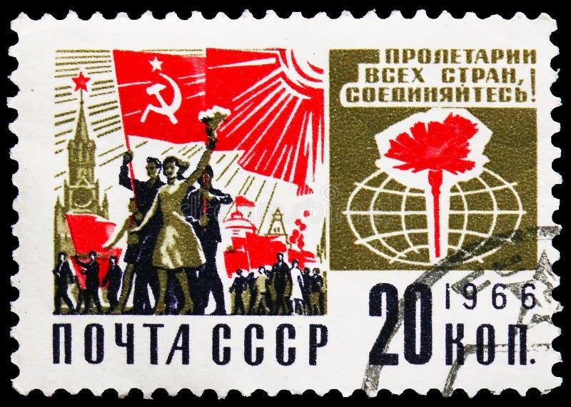 Pieczęć pocztowa drukowana w Związku Radzieckim (Rosja) pokazuje demonstrację na placu Czerwonym w Moskwie, w serie Społeczeństwo obrazy royalty free
