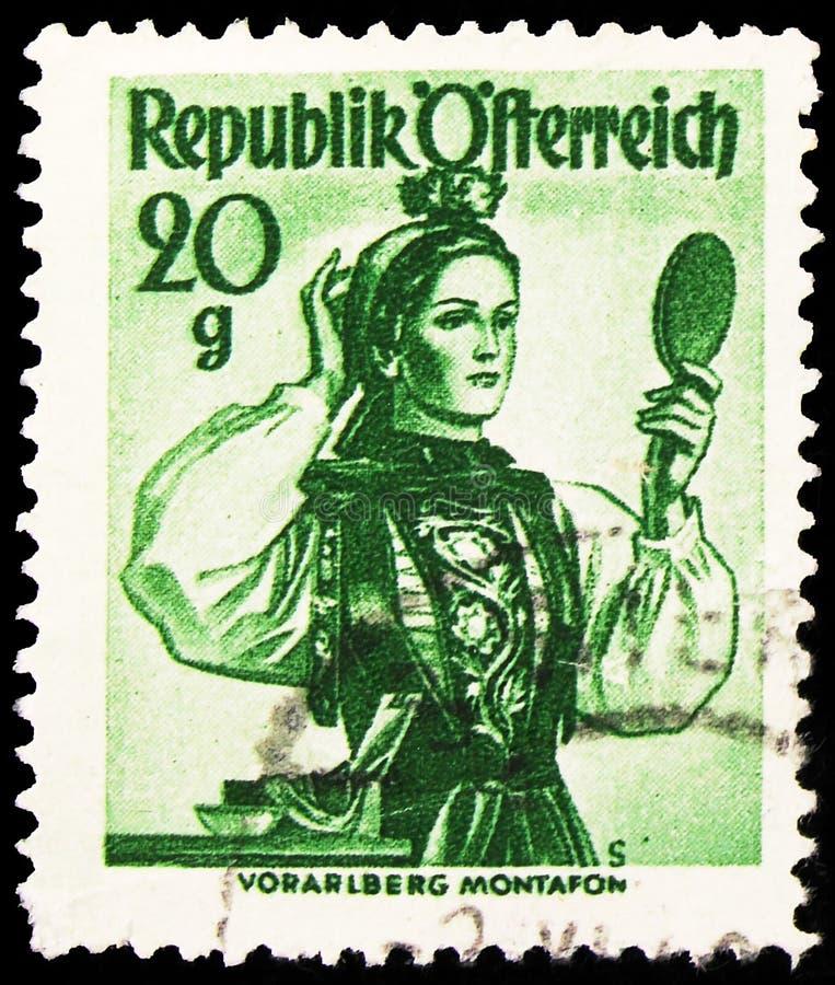 Pieczęć pocztowa wydrukowana w Austrii pokazuje Vorarlberg, Montafon, Kostiumy Prowincji 1948/58 serie, ok. 1948 obraz royalty free
