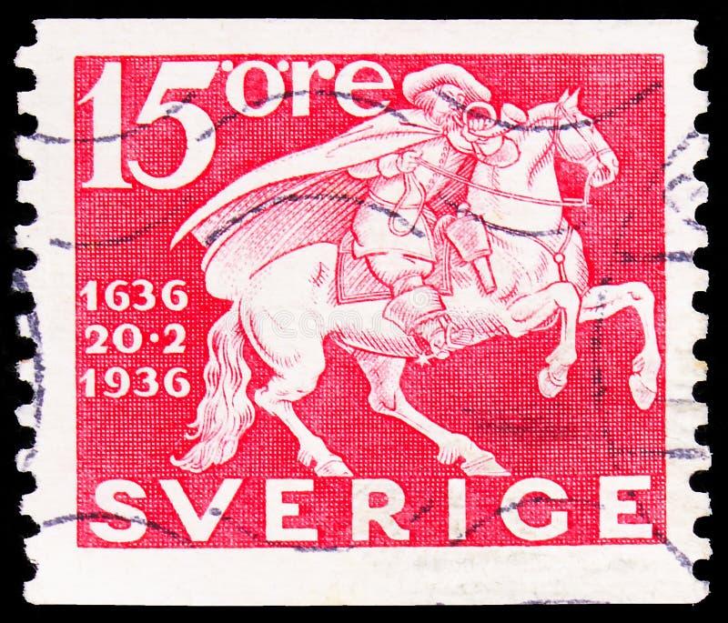 Pieczęć pocztowa wydrukowana w Szwecji pokazuje Mounted Postman, 300. rocznica szwedzkiej serie usług pocztowych, 15 ruda szwedzk zdjęcia royalty free