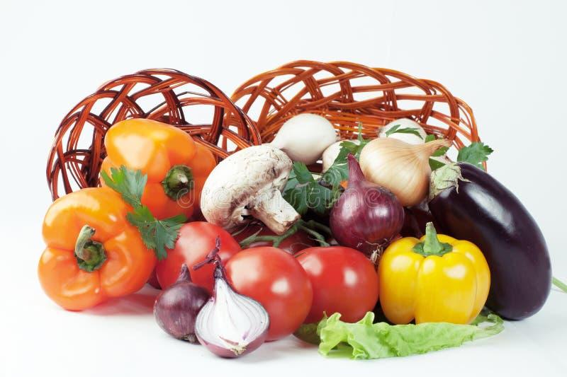 pieczarki i różnorodność świezi warzywa w łozinowym koszu Ja zdjęcie royalty free