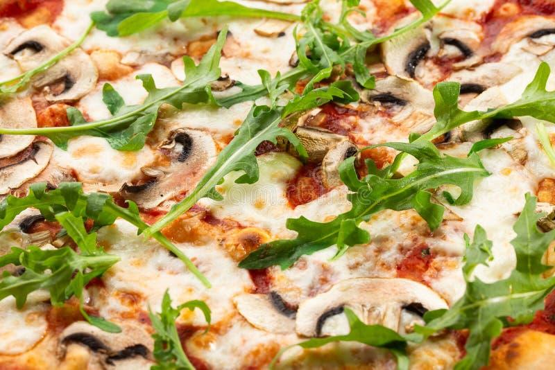 Pieczarki pizza Odg?rny widok zdjęcie stock
