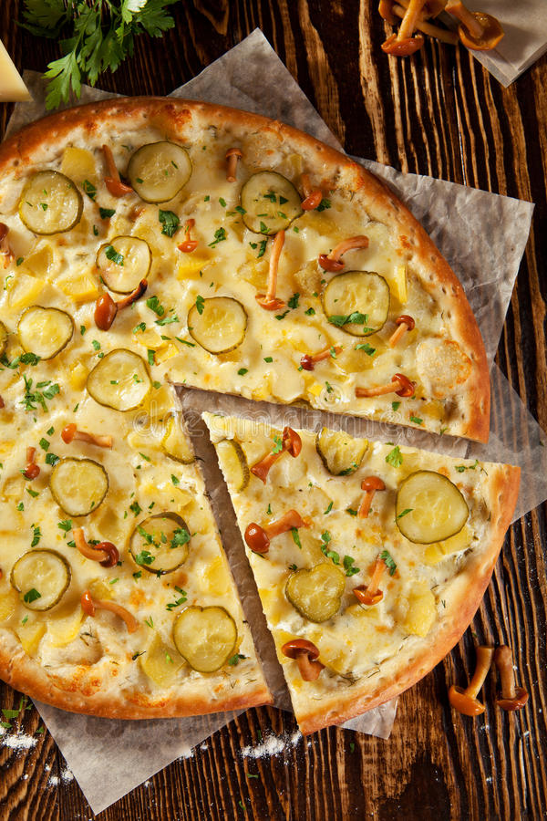 Pieczarkowa i Kartoflana pizza obrazy stock