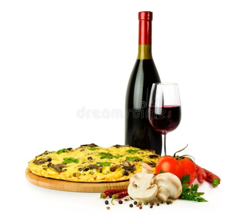 Pieczarkowa pizza z winem i składnikami obrazy stock