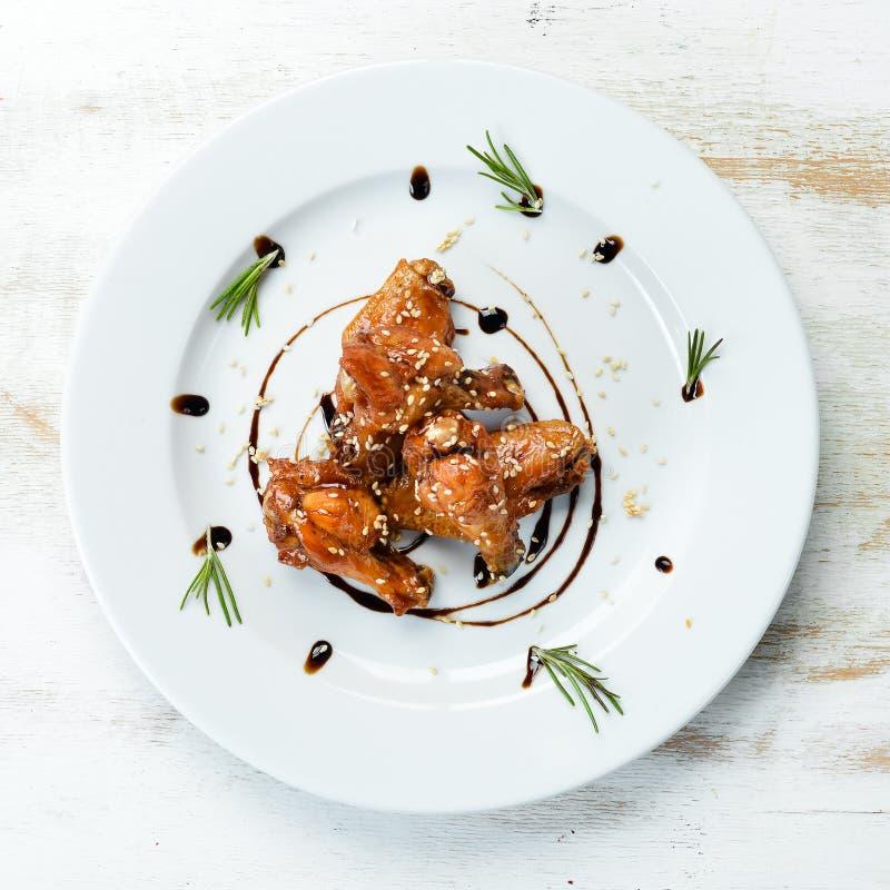 Pieczone skrzydła kurczaka w sosie miodowym obraz stock
