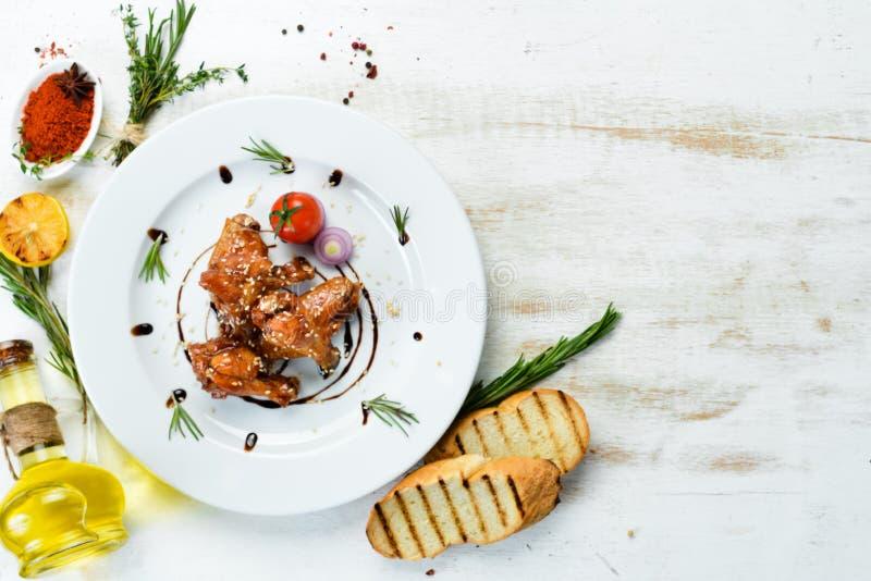Pieczone skrzydła kurczaka w sosie miodowym Skrzydła bawole zdjęcie stock