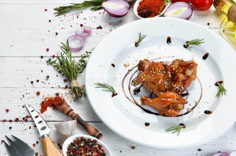 Pieczone skrzydła kurczaka w sosie miodowym Skrzydła bawole Widok z góry obraz stock