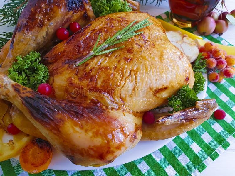 Pieczonego kurczaka cały talerz, piec domowej roboty gałąź choinki obiadowy tradycyjny na drewnianym tle, zdjęcia royalty free