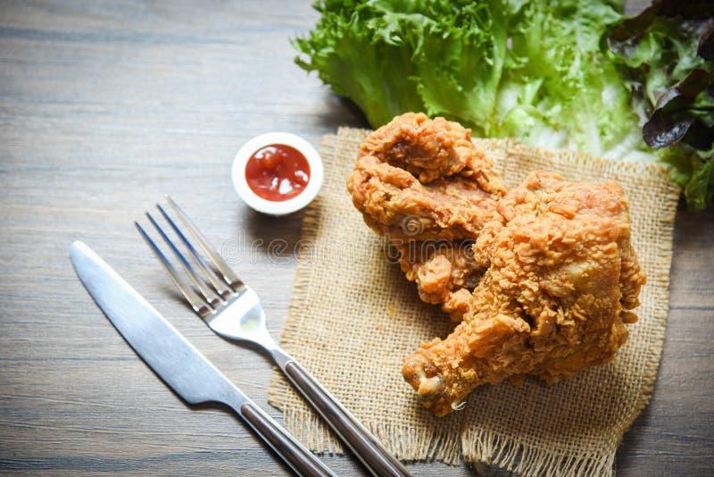 Pieczonego kurczaka crispy worek z rozwidlenie nożowym ketchupem i sałatki sałaty warzywem na łomotać stołowego tło zdjęcie stock