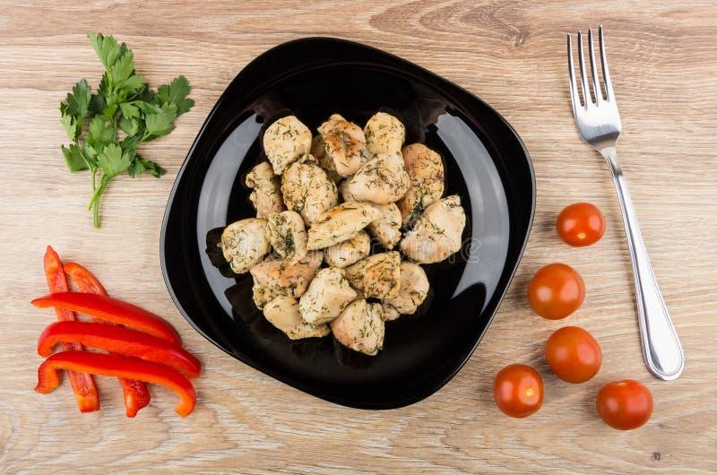 Pieczonego kurczaka mięso w talerzu, pomidorach, pieprzu, pietruszce i rozwidleniu, zdjęcia royalty free