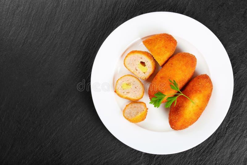 Pieczonego Kurczaka rissole na bielu talerzu zdjęcia royalty free