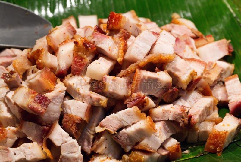 Pieczonej wieprzowiny cięcie w kawałki na palmowym liściu obraz stock