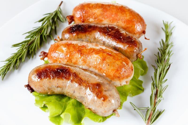 Pieczonej wołowiny lub kurczaka kiełbasa na talerzu obrazy royalty free