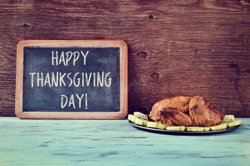 Pieczony indyk i chalkboard z teksta dziękczynienia szczęśliwym dniem fotografia stock