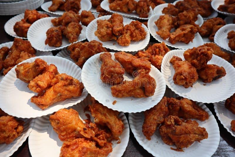 Pieczony kurczak łydki, dodają ogromną liczbę talerze obrazy royalty free