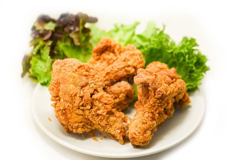 Pieczony kurczak crispy na talerzu z sa?atkow? sa?at? na bielu zdjęcia stock