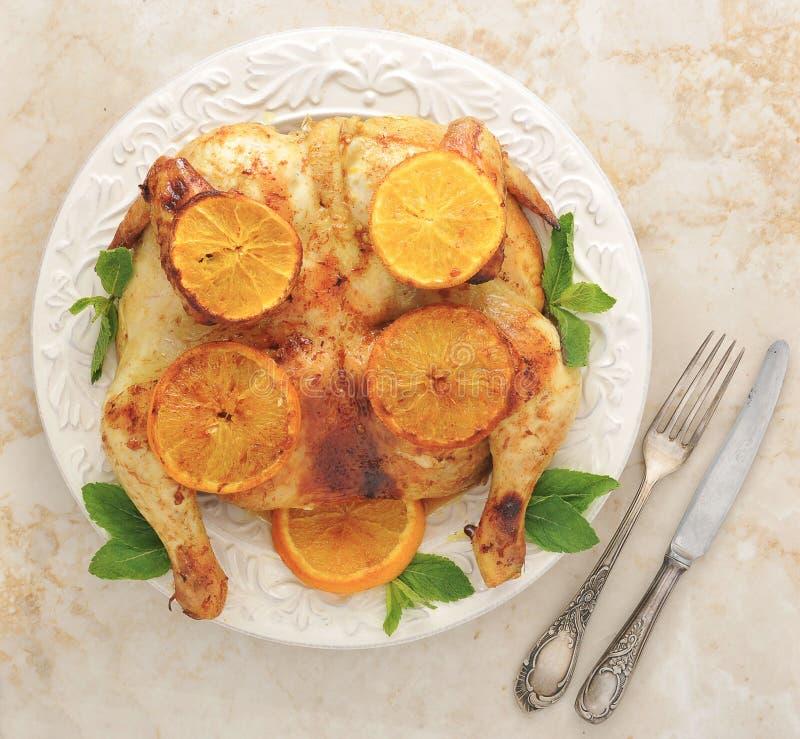 Pieczony kurczak z cytryną i miodem - cały kurczak na półmisku zdjęcia royalty free