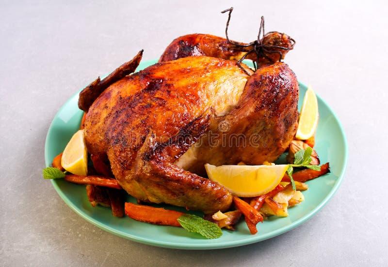 Pieczony kurczak z cytryną i miodowym glazerunkiem obraz royalty free